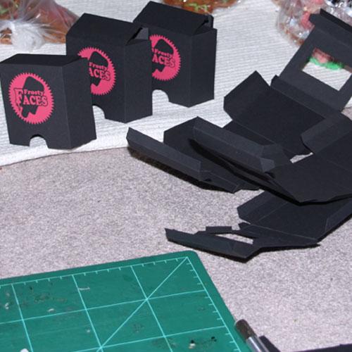 Hier die Verpackung im Enstehungsprozess. Sie ist aus Tonkarton. Das Logo Sowie etwaige Beschriftung die man hier noch nicht sieht ist per Siebdruck aufgedruckt.